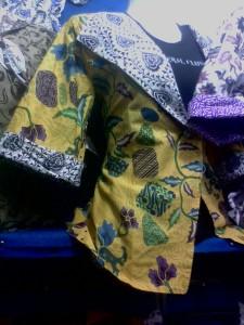 Bolero atau Blazer batik adalah semacam blouse batik yang berbentuk seperti rompi, bisa dipakai dalam dua tampilan luar dan dalam (Bolak-Balik), Kain : Katun Motif : Parang/ Seno, bunga, pringsewu, Pilihan Warna : biru-ungu, hijau-merah, dll SPECIAL PRICE!!! 60.000/ Pcs, Anda Berminat? Silahkan Hubungi; 085742125550 (INDOSAT), www.kaosbatikpekalongan.wordpress.com