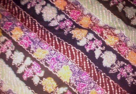 Kain Batik Tulis Kombinasi motif BUNGA MAWAR PARANG, bahan Katun yang adem dipakai, dibuat dengan menggunakan teknik tradisional. Batik Tulis dikombinasikan dengan batik Cap nan cantik dan Khas. www.kaosbatikpekalongan.wordpress.com, BATIK AQILA, pemesanan hubungi: 085742125550 (INDOSAT), 082221532131 (SIMPATI)